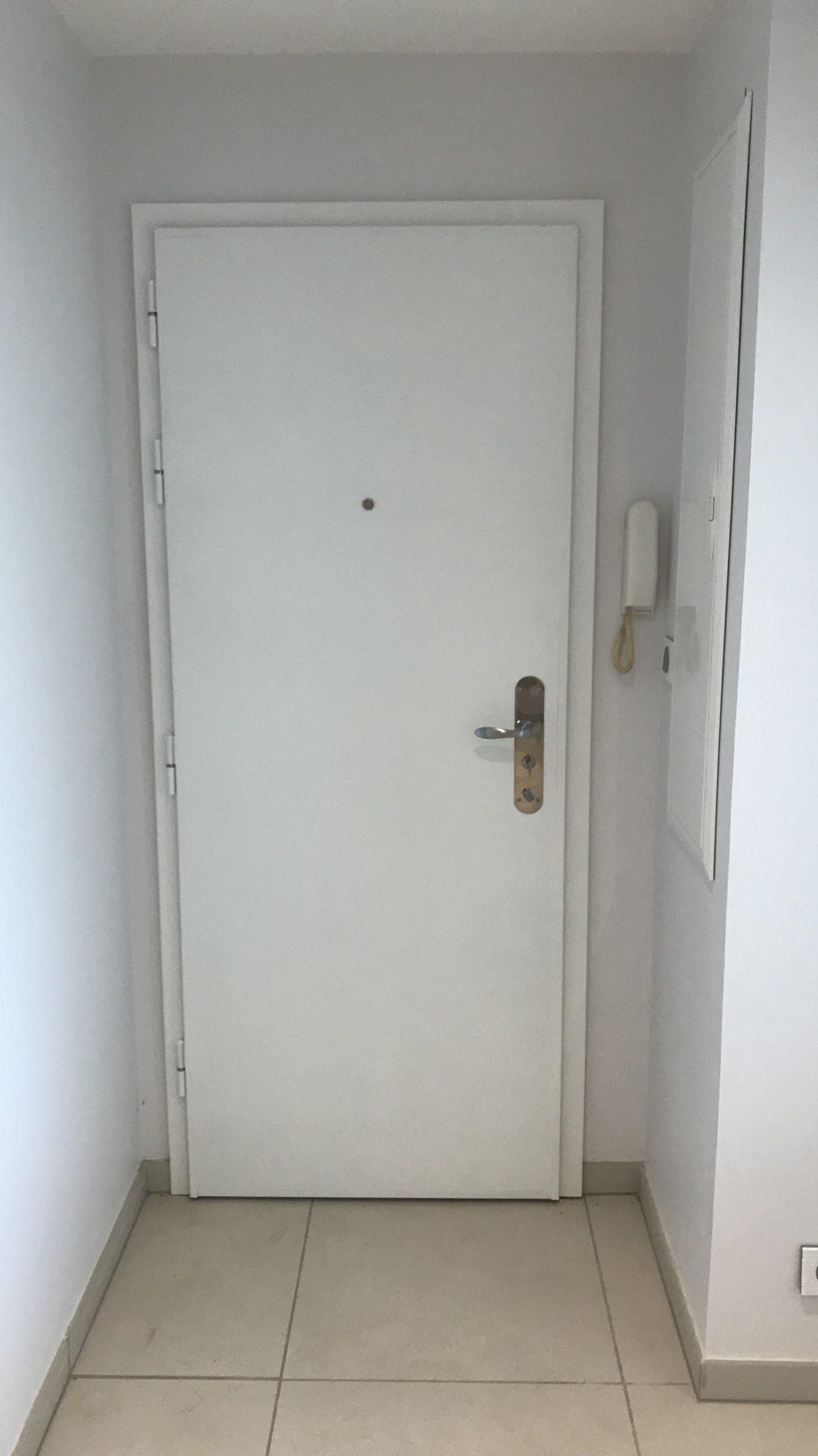 Voici la pose d'une magnifique porte d'entrée blindée🚪
