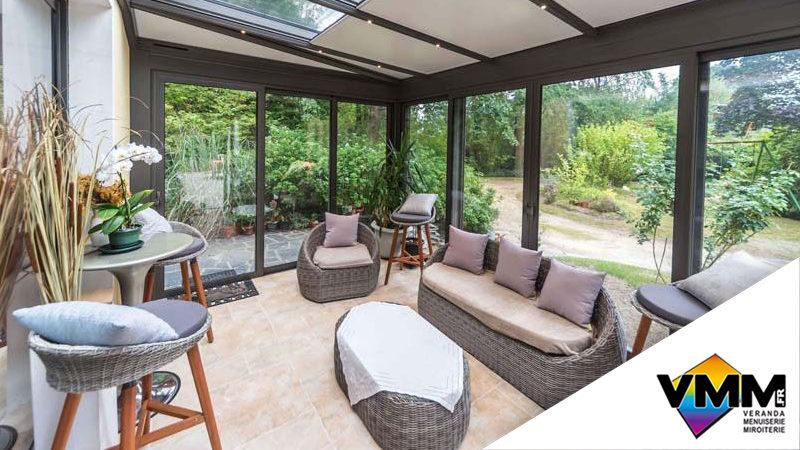 L'été est toujours là ! ☀️ Quoi de mieux qu'une belle véranda ouverte sur l'extérieur pour profiter de son jardin ? 🍀🌳🍹